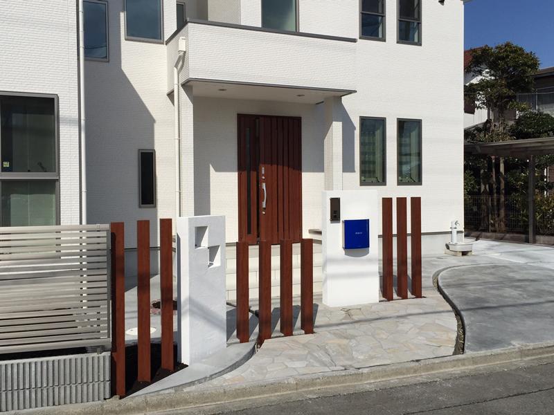 横浜市 青いポストが印象的なオープン外構
